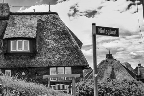 """Flucht vor der Vergangenheit, Kapitel 4: \""""Als sie die idylische Straße mit dem Namen Nielsglaat einbiegen..."""