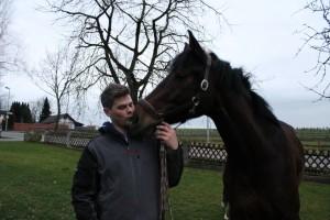 Reiter Maik küsst Pferd Consuelo auf die Schnauze