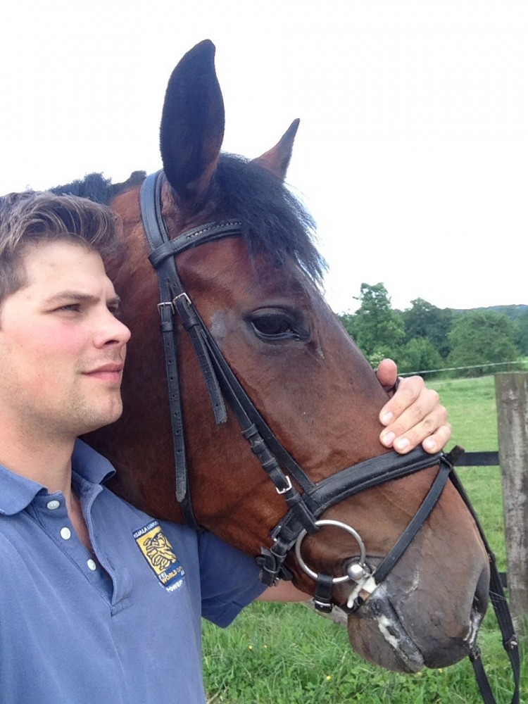 Maik steht neben und der Holsteiner Consuelo und hält den Kopf - 27.05.2014