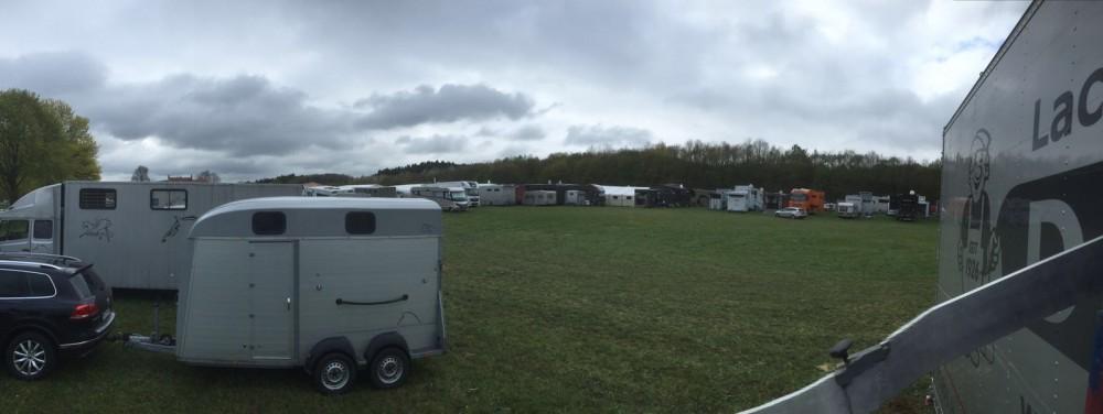 viele Pferdeboxen auf dem Abstellplatz beim Turnier in Brakel, Sudheimer Hof April 2016